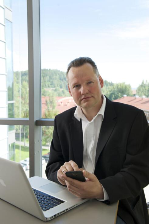 <strong><b>SER PROBLEMET:</strong> </b>Seniorrådgiver Vidar Sandland i Norsk senter for informasjonssikring (Norsis) mener alle bør ta åpne enheter på den største alvor.  Foto: NORSIS
