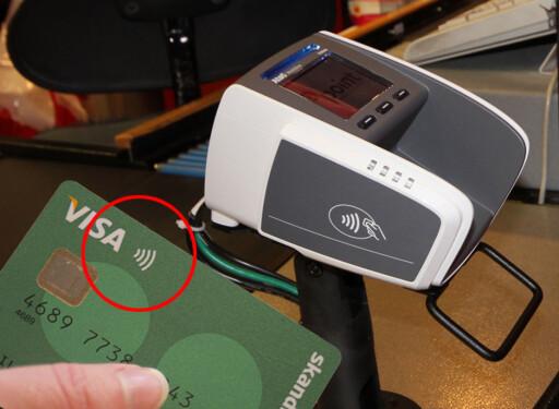 Her er symbolet som viser om du kan betale kontaktløs - hvis betalingsterminalen er aktivert. Foto: BERIT B. NJARGA/SKANDIABANKEN
