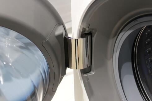 Ekstra stor hengsel lar deg åpne døren helt, slik at det ikke blir så krøkkete å komme til og laste inn og ut av maskinen. Foto: ELISABETH DALSEG