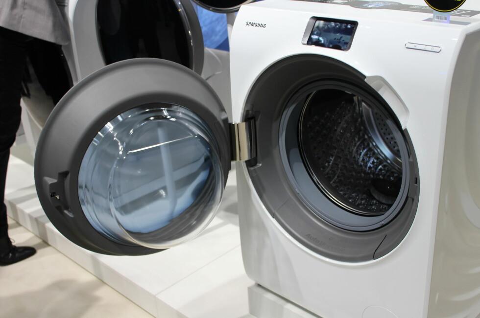 Berøringsskjerm og hevet dør og håndtak skal gjøre det bedre ergonomisk - og enklere - å betjene Samsungs nye vaskemaskin. Foto: ELISABETH DALSEG