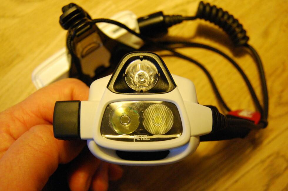 DET TREDJE ØYET: Sensoren øverst regulerer lyset etter avstanden til det du ser på. Da må Nao være stilt inn på tilbakevirkende modus.  Foto: THOMAS STRZELECKI