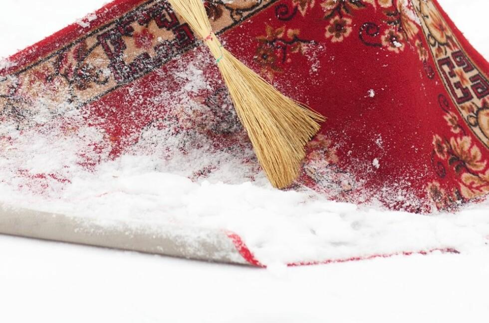 Legg teppet opp ned i snøen, og dunk eller hopp på det. Når du er ferdig, kan du børste av snøen med en kost - eller bare riste det godt.  Foto: All Over Press
