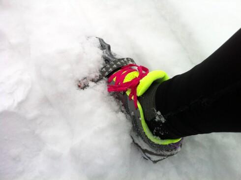 Det blir ikke lett å løpe på snødekt vei selv om du har pigger eller brodder ... Under disse forholdene, merker vi knapt forskjell på å løpe med brodder og å løpe med vanlige løpesko helt uten hverken pigg eller brodder. Foto: KRISTIN SØRDAL