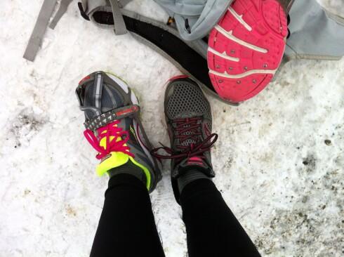 Finaleheatet: Brodd fra Yaktrax eller oppiggede sko? Forsjkellene blir tydelige når vi tar én av hver ...   Foto: KRISTIN SØRDAL