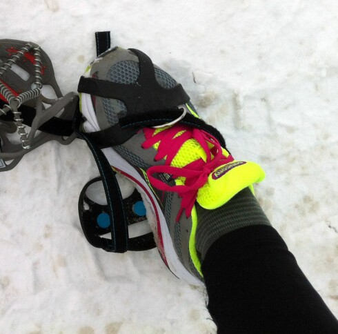 Brodden fra Nordic Grip er vrien å få av og på - og vi får rett og slett vondt i hælen når vi løper med den. Foto: KRISTIN SØRDAL