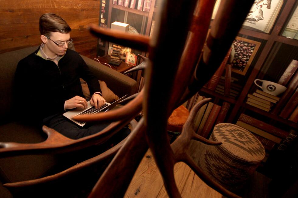 FINNER STADIG NOE NYTT: Einar Otto Stangvik lar seg stadig overraske over det han finner i søkemotoren hans. Både bedrifter og privatpersoner er utsatt.  Foto: Ole Petter Baugerød Stokke