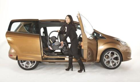 IKKE SÅ IDYLLISK: Svært mange foreldre opplever virkeligheten som vanskeligere enn denne damen på et reklamebilde for Ford B-Max. Foto: FORD