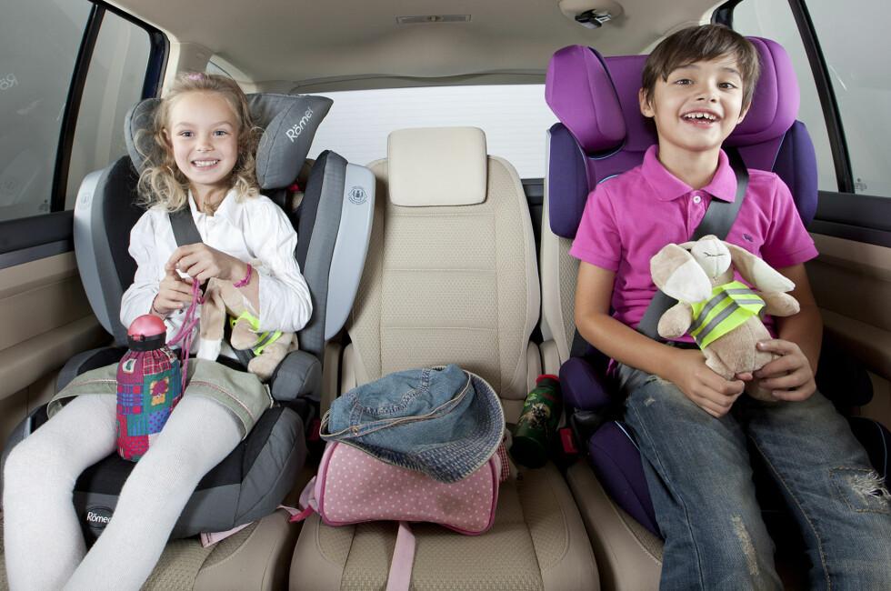 TRYGT FASTSPENT: Slik skal det være. Men langt fra alle foreldre synes det er lett å feste barnet riktig i bilen. Er sikringen for dårlig, kan konsekvensene bli fatale. Foto: ADAC