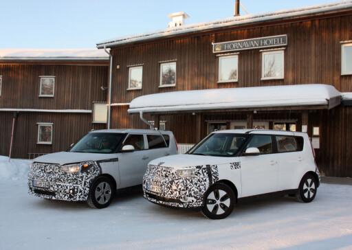 """DE TO ENESTE: Kia Soul EV - de to eneste tilgjengelige eksemplarene for vintertesting. Til venstre en tidligere prototype, til høyre en videreutviklet såkalt """"pilot""""-bil. Foto: KNUT MOBERG"""