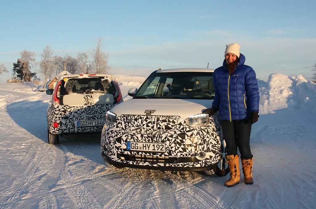 """<b>BRRR! HER ER DET KALDT:</b> Og det er derfor vi er her. Kia kommer med ny elbil i løpet av året og vi har deltatt på vintertesting i det nordligste Sverige. Her vises de maskerte prototyp- og """"pilot""""-bilene frem av  informasjonsansvarlig i Kia Norge, Mette Simonsen Sauge.  Foto: KNUT MOBERG"""