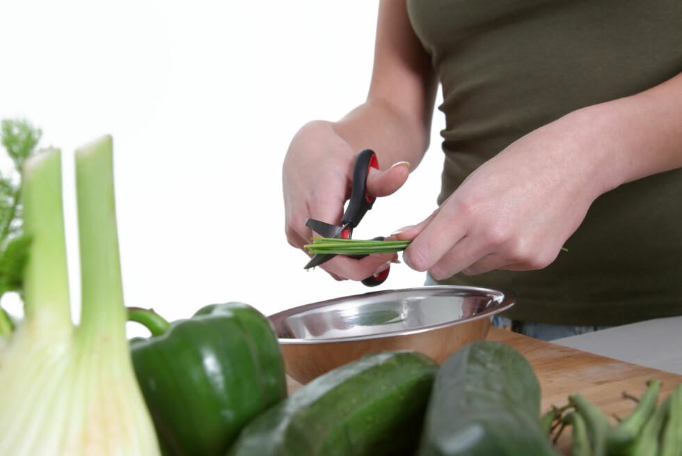 Klipp av stilken på aspargesbønnene, eller finklipp vårløken og chilien. Vi klipper ofte maten direkte i gryten, og sparer både tid og oppvask. Foto: PANTHERMEDIA