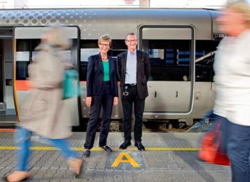 Victor Hansen og Elisabeth Enger ved lansering av sektormerking på Oslo S august 2013. Foto: Hilde Lillejord/ Jernbaneverket