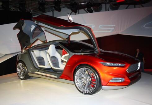 DRØMMEBILEN? En hjelpsom maskin, slik er tankegangen bak konseptbilen Ford Evos (vist allerede i 2011), som er kontinuerlig tilkoblet nettskyen, kan parkere seg selv og lade batteriene uten at du behøver å gjøre noe... Foto: Knut Moberg