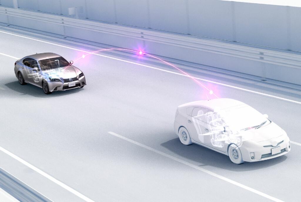 <B>SNAKKER SAMMEN:</B> Det utvikles stadig nye støtte- og hjelpesystemer for fremtidens biler. Her illustrerer for eksempel Toyota hvordan bilene vil kunne kommunisere med hverandre. Foto: TOYOTA