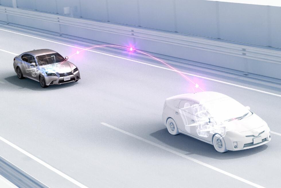 SNAKKER SAMMEN: Det utvikles stadig nye støtte- og hjelpesystemer for fremtidens biler. Her illustrerer for eksempel Toyota hvordan bilene vil kunne kommunisere med hverandre. Foto: TOYOTA