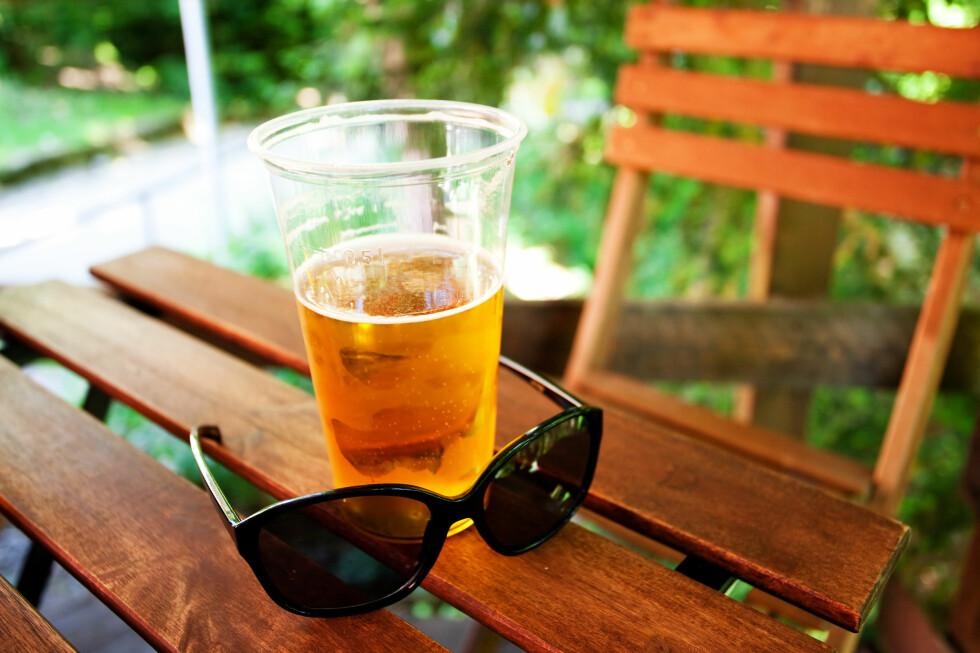 UTEPILS I PARKEN? Nei, du har faktisk ikke lov til å drikke på offentlig sted. Foto: SHUTTERSTOCK/NTB SCANPIX