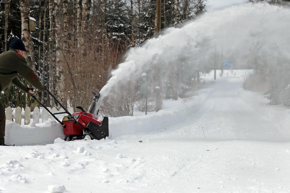 <strong><b>Nei, ikke slik:</strong></b> Rett i ryggen - og pass på at du freser snøen <i>ut</i> av veien ...  Foto: Colourbox.com