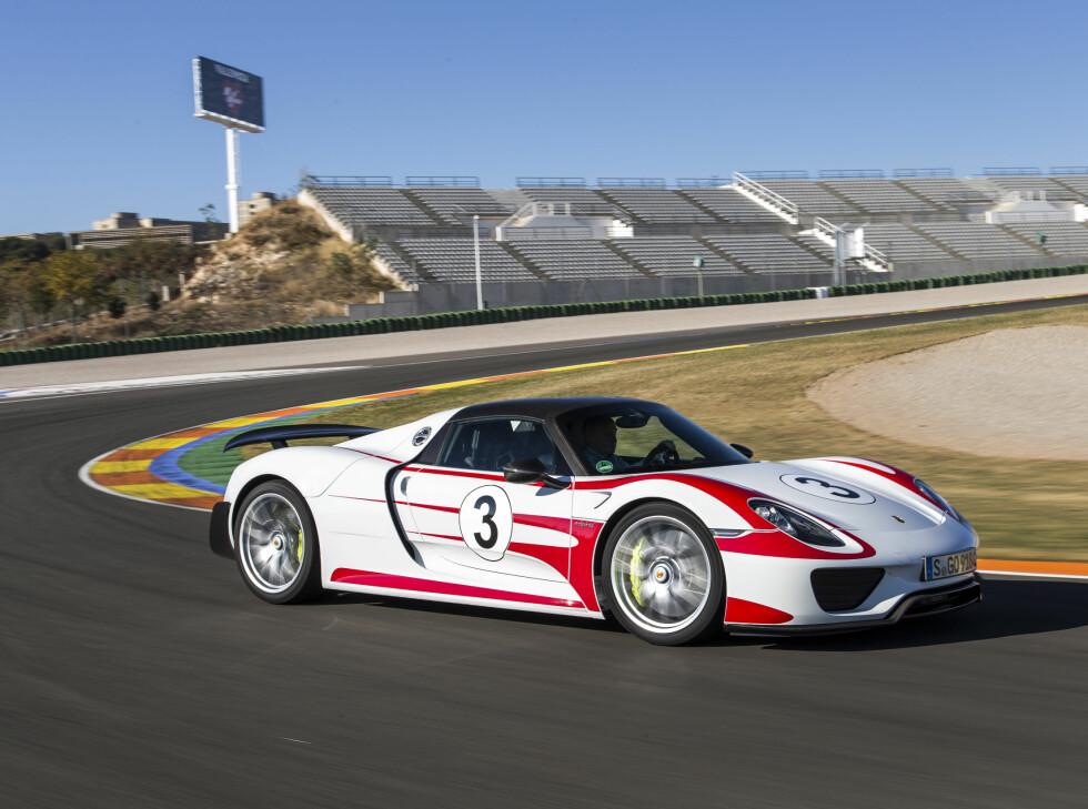 Porsche 918 Spyder: Den første superbilen som ble produsert fra bunnen som hybridbil. Den drives av en bensin V8 på 608 hester og 540 Nm. Den er koblet sammen med en elmotor på 156 hk og 375 Nm som sammen driver bakhjulene. Forhjulene drives av en  Foto: Fred Magne Skillebæk