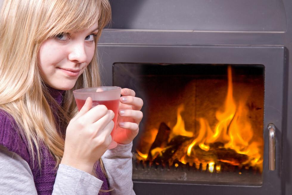 Te og peisvarme - og et par litt mer praktiske grep for å holde varmen. Foto: Colourbox.com