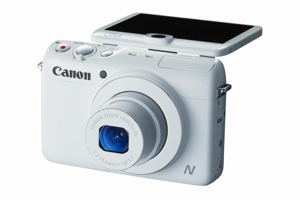Skjermen på PowerShot N100 kan vippes opp, og dermed ser du deg selv når du tar selvportrett. Det har også et ekstra kamera på baksiden. Foto: Canon
