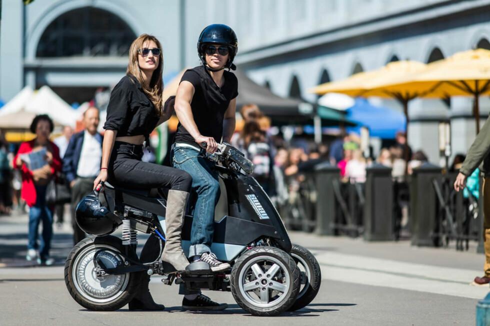 LITEN OG KJAPP: Slik ser den ut, den elektriske trehjulingen Sway, som vises på CES i Las Vegas. Den kan aktivt bikkes innover i sving og den drives av en elmotor på bakhjulet. Toppfart mellom 66 og 112 km/t og pris fra 31.000 kroner. Foto: Sway