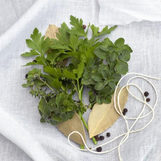 Lag din egen bouquet garnis ved å binde inn krydderurter, laubærblad og evt et par pepperkorn i et stykke løstvevd bommullsstoff. Foto: PantherMedia / Robyn Mackenzie