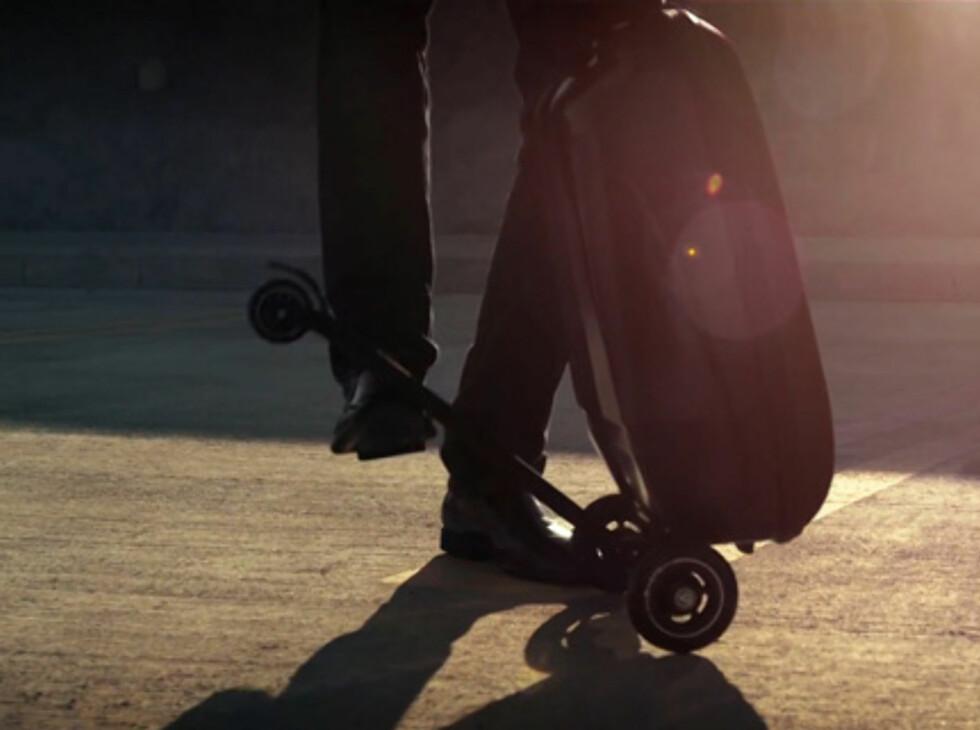 Kickboardet felles enkelt opp når du vil trille kofferten eller legge den i bagasjehylla.  Foto: Freshersmag.com