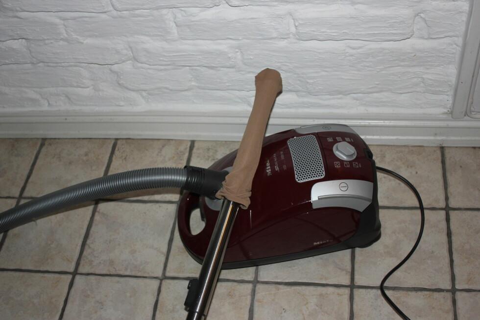 En nylonstrømpe over røret, og du kan plukke opp det som har falt bak vaskemaskinen som du ikke rekker.  Foto: DinSide