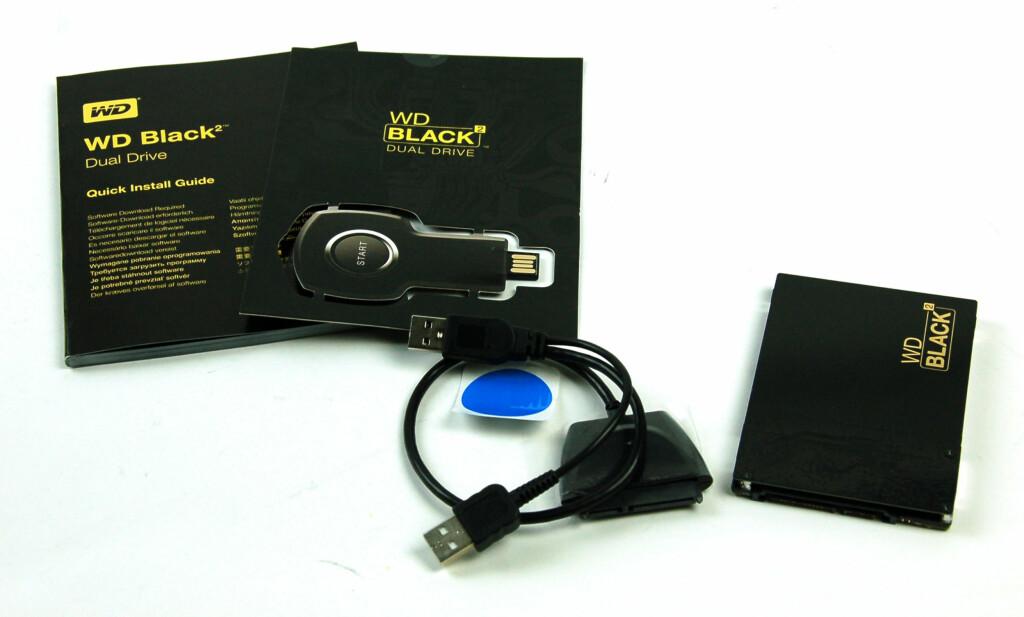 Programvarenøkkel, brukerveiledning, kabel og lagringsenhet ligger i pakken. Foto: Brynjulf Blix