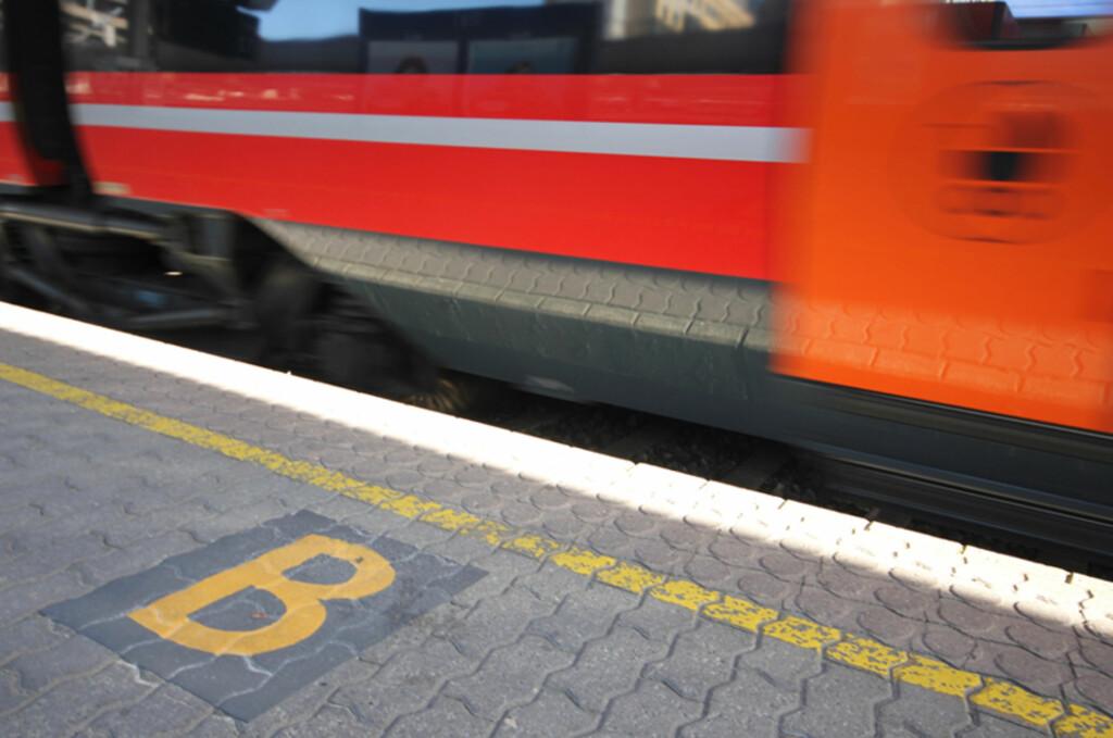 <b>SEKTORMERKING VIRKER:</b> Du har vel fått med deg bokstavkodene på perrongen?  Foto: Berit B. Njarga