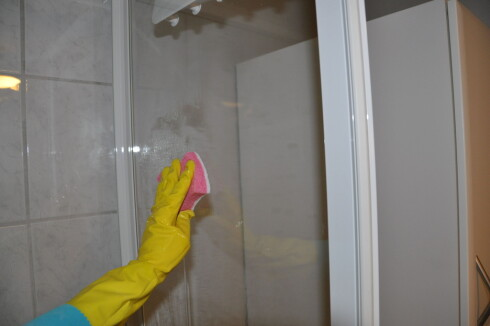 Vi har testet ulike vaskemidler på dusjveggen. Ble det ordentlig rent? Foto: Stine Okkelmo