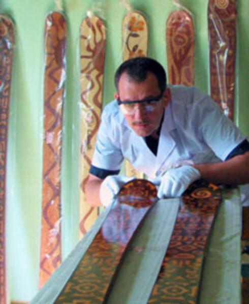 DEDIKERT FAGMANN: Skimakeren Mazzarella brenner for jobben sin, og er nøye med å velge ut materialer til skiene sine.  Foto: Skilogik.com