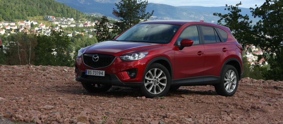 NORSK FAVORITT: Mazda CX-5 er blitt nordmenns SUV-favoritt, og toppmodellen har nå blitt enda sprekere. Det er en oppgradering som kler bilen godt. Foto: Knut Arne Marcussen