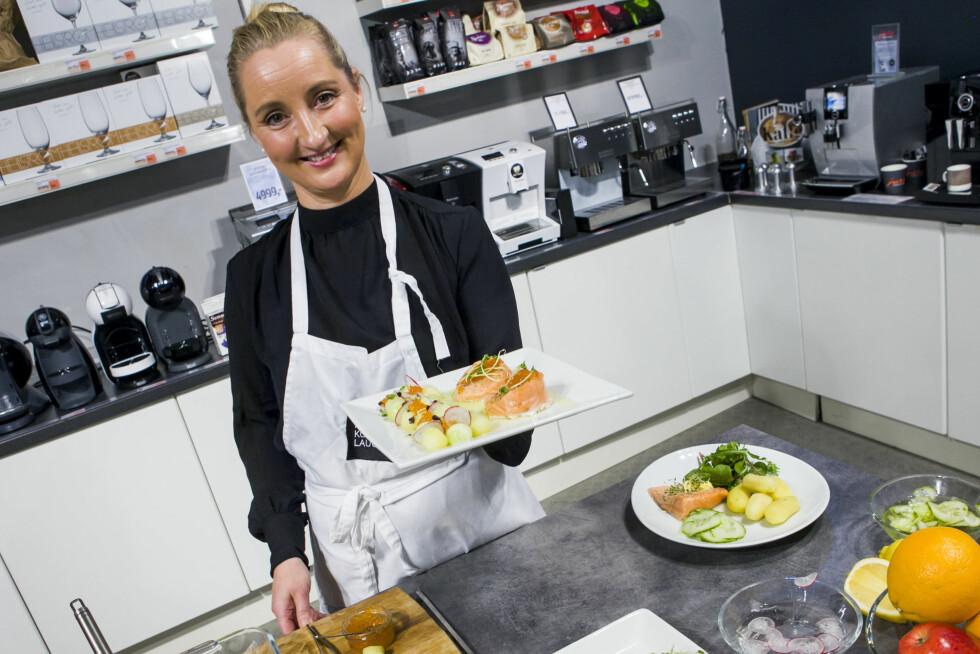 Det er ikke mye som skal gjøres med en helt hverdagslig laksemiddag, før den blir festfin som den Cecilie Schandy Kvernvik holder frem. Foto: Per Ervland