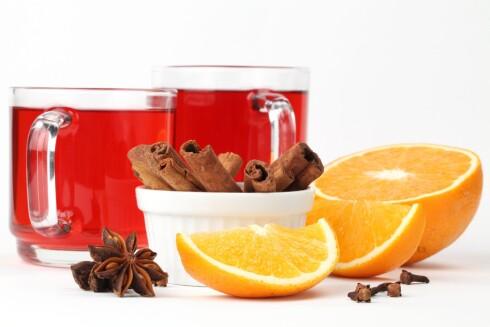 Rødvinstoddy er godt og varmende, og du må ikke bruke de tradisjonelle julegløggkyrdderne. Eksperimenter gjerne med andre - og prøv å tilsette litt appelsinjuice. Foto: PantherMedia /