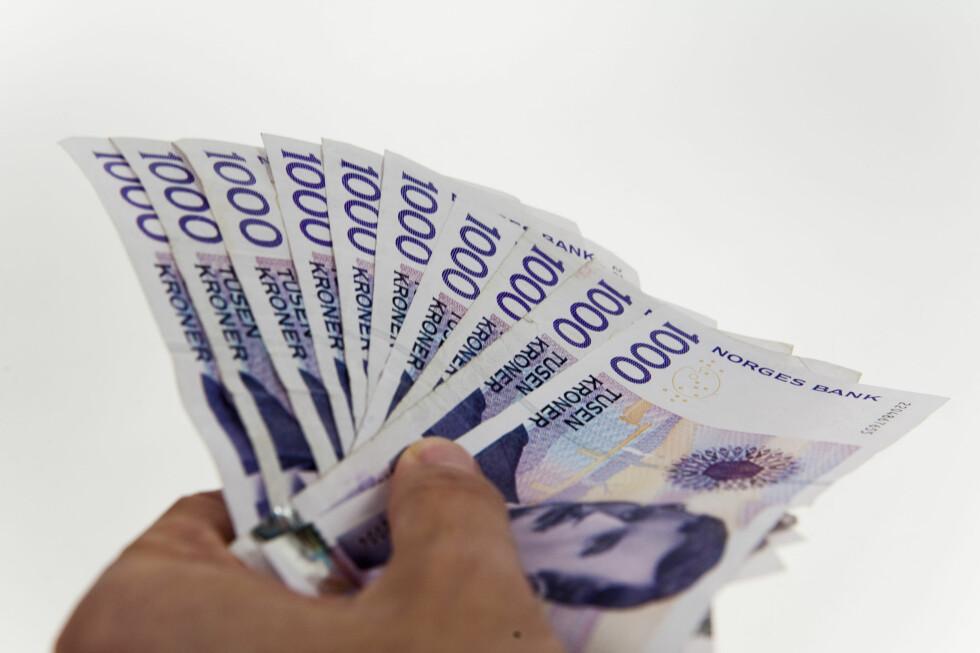 <strong><b>SPAR TUSENVIS:</strong></b> Har du 100.000 kroner i kredittkortgjeld, flyr tusenlappene til renter fort ut av vinduet. Kvitt deg med den dyreste gjelden først, og kutt rentekostnadene. Foto: Per Ervland