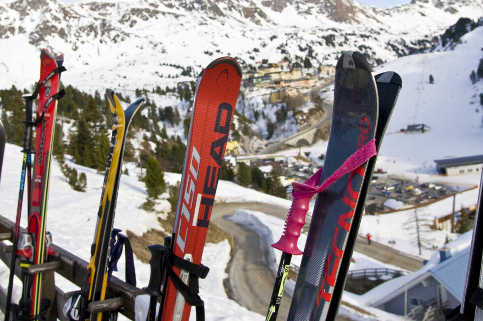SLIK FÅR DU «GRATIS» SKI: Du trenger ikke leie dyre skipakker i alpinanlegget. Hvorfor ikke heller kjøpe brukt eller låne fra kommunen? Og kjøper du brukt, kan du selge utstyret til samme pris = gratis ski. Foto: Colourbox