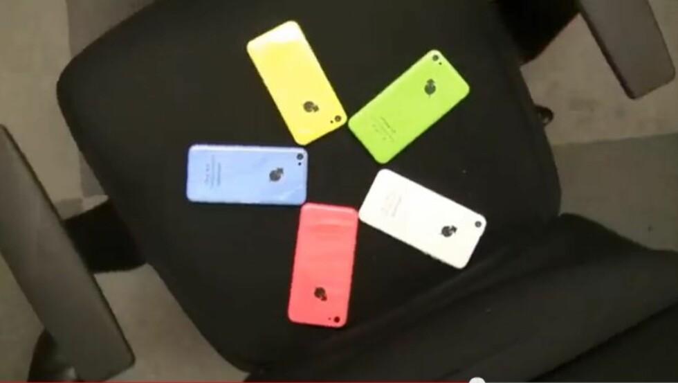 Stillbilde fra produktvideoen. Fem ioPhone 5 - på en kontorstol...