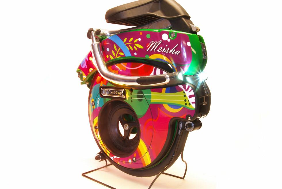 LETT: Den letteste modellen veier litt over ti kilo, og alle kommer med skulderstropp så du kan bære el-sykkelen når den er klappet sammen.  Foto: Yikebike.com