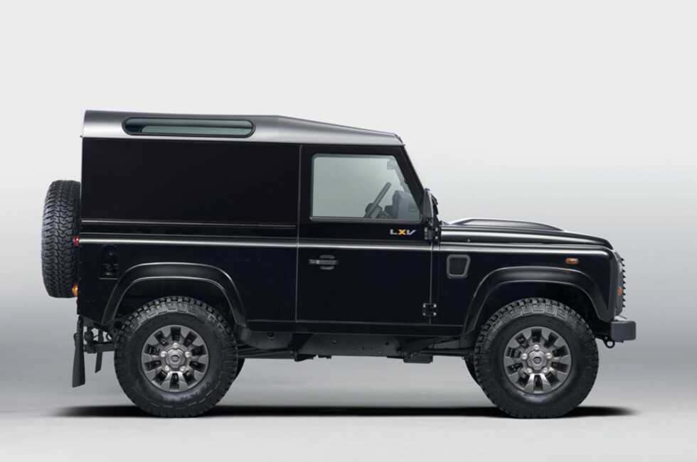 SLIK EN FIREÅRING TEGNER BIL: Land Rover Defender LXV er ikke mye forskjellig fra opprinnelsen som nå er 65 år gammel. Foto: Land Rover