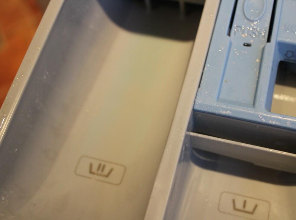 .. men selv om pulveret skal bli skylt helt ut av vasken, lå det rester igjen i såpeskuffen. Det pleier det ikke når vi bruker vanlig vaskemiddel.  Foto: Elisabeth Dalseg
