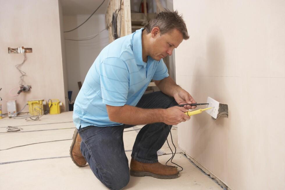 Det er en del småjobber du kan gjøre selv, men større el-jobber bør du overlate til en elektriker. Foto: COLOURBOX