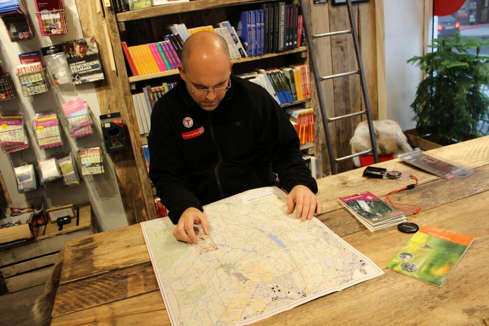 KART: Et godt, detaljert kart hjelper mye på vei, forteller turveileder Esper Opaker Moreite hos Den Norske Turistforening.  Foto: Thomas Strzelecki