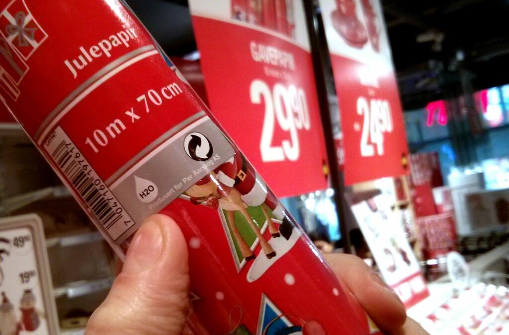 <b>VARIERER:</b> Slikt glanset gavepapir, også kalt julepapir, kan ikke resirkuleres i alle kommuner.  Foto: Ole Petter Baugerød Stokke