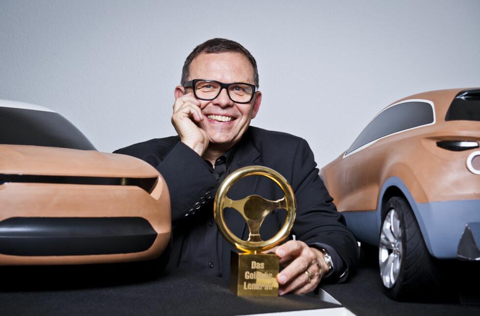 MED INTRADO-MODELL? Stjernedesigner Peter Schreyer etter at han mottok den gjeve prisen Honorary Golden Steering Wheel for sin innsats. Foto: NIELS STARNICK / BILD AM SONNTAG