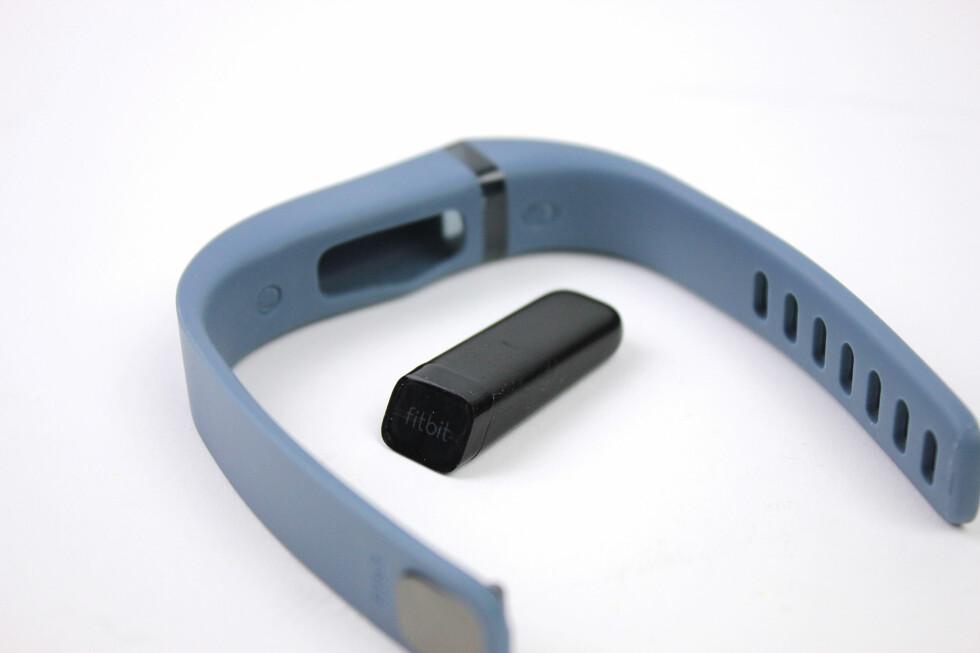 LITEN BIT: Inne i Fitbit Flex-armbåndet skjuler denne lille dingsen seg. Det er denne som registrerer alle bevegelsene dine, både om dagen og om natta. Foto: KIRSTI ØSTVANG