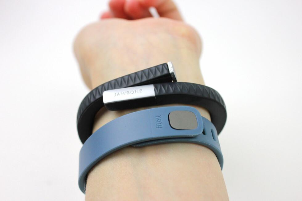 FLEX VS UP: Slik ser festeanordningene ut på Fitbit Flex og Jawbone Up. Fitbits løsning er utvilsomt den mest robuste. Foto: KIRSTI ØSTVANG