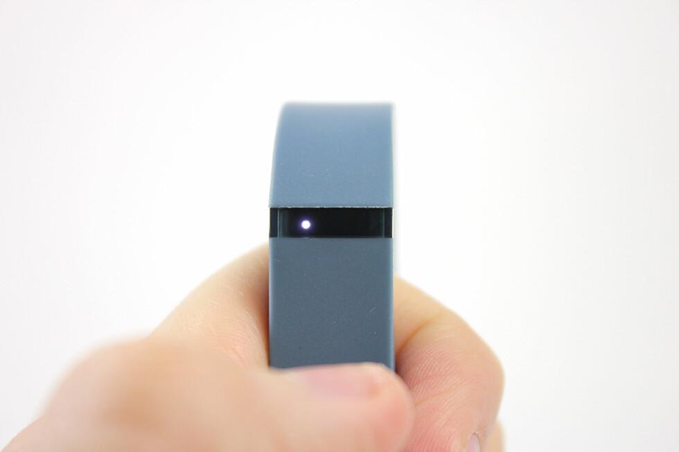 """INDIKATORLYS: En """"prikk"""" - altså ett lys - indikerer at du har oppnådd 20 prosent av dagsmålet ditt. I mitt tilfelle betyr det 2.000 skritt. Foto: KIRSTI ØSTVANG"""