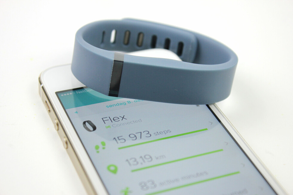 PT RUNDT HÅNDLEDDET: Med et armbånd som Fitbit Flex kan det bli enklere å motivere seg til å gå litt mer i hverdagen. Det blir som å ha en personlig trener rundt håndleddet. Foto: KIRSTI ØSTVANG