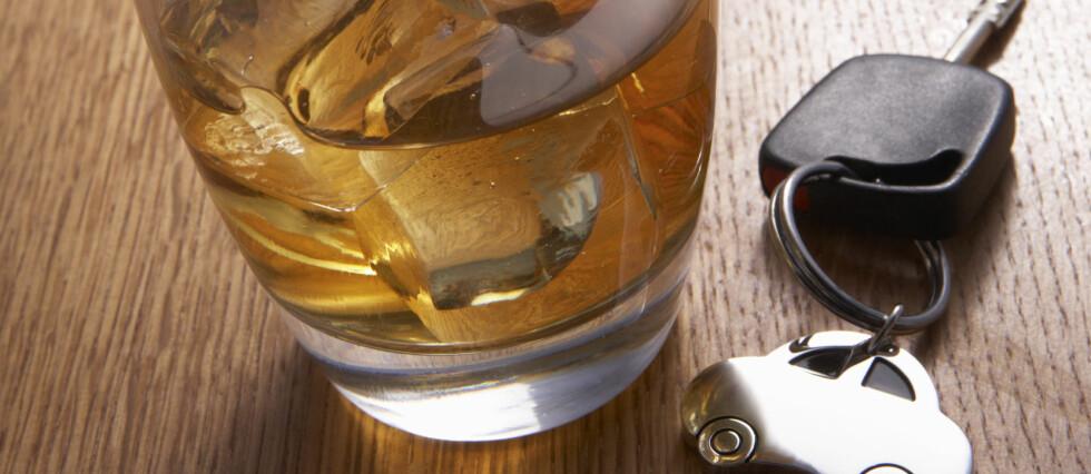 Man kjører selvsagt ikke rett etter å ha drukket alkohol, men mange glemmer at det også dagen derpå kan være forbundet med fare å sette seg bak rattet. Foto: Colourbox.com